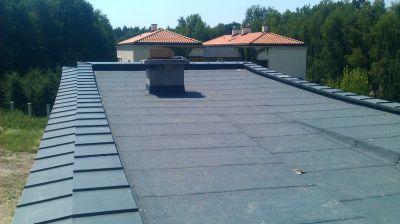 Konstancin Jeziorna, 2012r – Budynek mieszkalny pow. 375m2 Kompleksowe pokrycie dachu płaskiego z papy termozgrzewalnej wraz z obróbkami blacharskimi z blachy tytanowo cynkowej