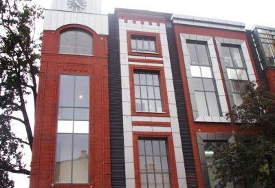 Ul. Centrum miasta Szczecinek, 2009r – Centrum Handlowe HOSSO pow. 220m2 Wykonanie elewacji z blachy tytanowo cynkowej wraz z obróbkami