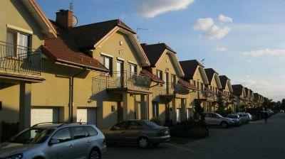 Osiedle domków jednorodzinnych 2009  kompleksowe pokrycie blachodachówką warszawa Wawer ul. Poprawna