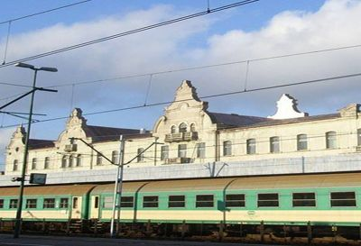 Budynek Zabytkowy Dworzec PKP oraz PKS w Łodzi Pokrycie dachu z miedzi w technologi podwójnego rąbka stojącego wraz z attykami   powierzchnia  2500m2  Łódz  Rok 2003 ul.Fabryczna
